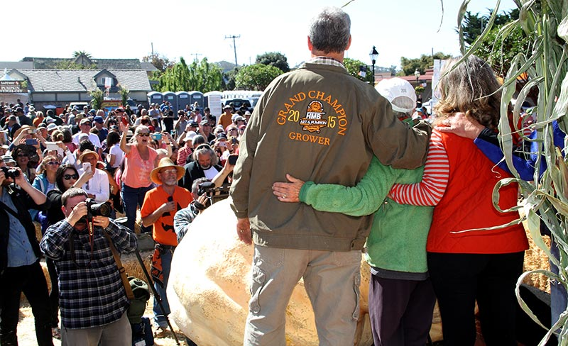 2018 Pumpkin Weigh-Off winner Steve Daletas and family