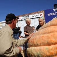 2012 winner Thad Starr with his children and CA state record-breaking pumpkin