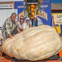 2015 Pumpkin Weigh-Off Winner Steve Daletas, wife Susie and parents